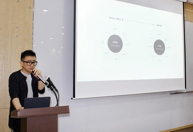 이종원 카카오 사업전략팀장이 26일 서울 광화문 센터포인트에서 연 간담회에서 올 3분기 '카카오톡 비즈보드(톡보드)'를 오픈 베타 테스트(OBT)로 전환한다고 설명하고 있다.ⓒ카카오