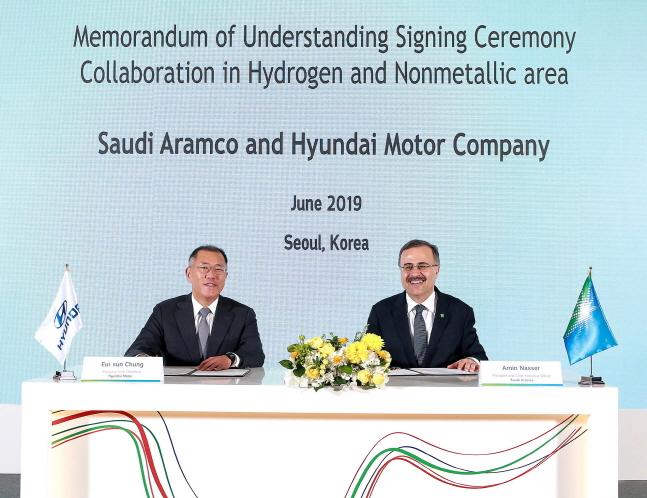 정의선 수석부회장(사진 왼쪽)과 사우디 아람코 아민 H. 나세르 대표이사 사장이 MOU에 서명을 하는 모습.ⓒ현대차