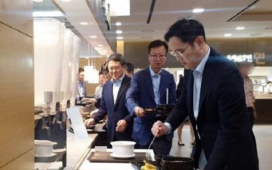 이재용 삼성전자 부회장이 24일 서울 강동구 상일동에 있는 삼성물산 건설부문 사옥 구내식당에서 배식을 받고 있다.ⓒ삼성물산 블라인드