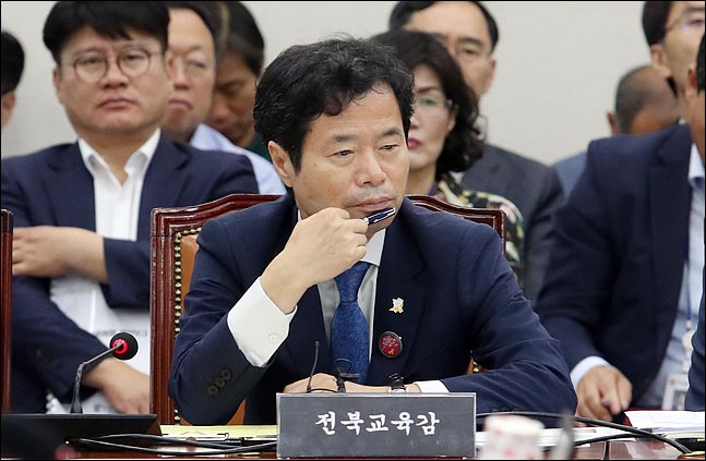 김승환 전북교육감이 26일 국회에서 열린 국회 교육위 전체회의에 출석해 얼굴을 만지고 있다. ⓒ데일리안 박항구 기자