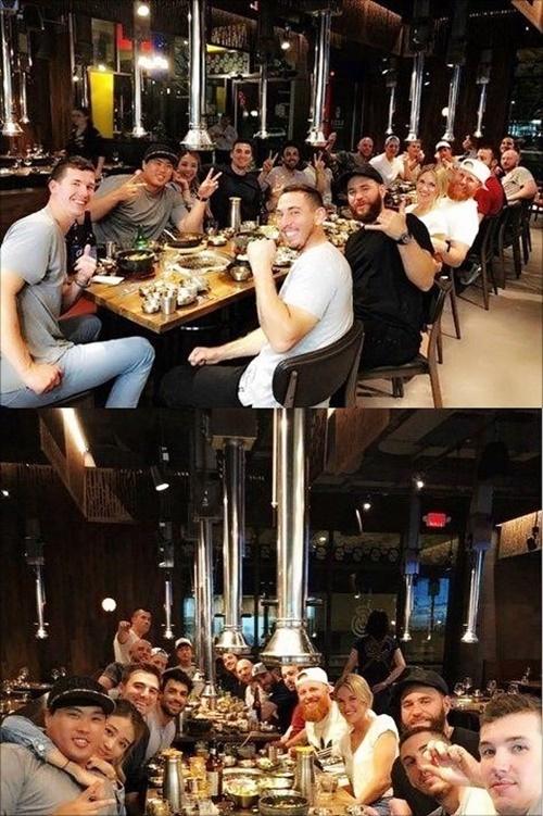 류현진 배지현 부부가 다저스 동료들과 저녁식사를 하고 있다. 류현진 인스타그램