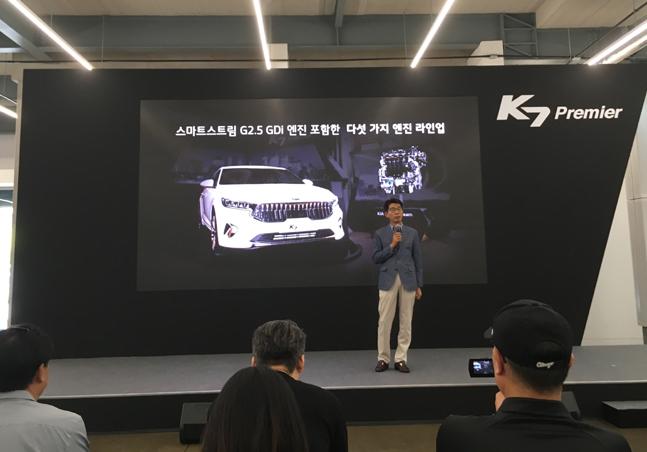권혁호 기아차 국내영업본부장(부사장)이 27일 경기도 파주시 더 스테이지 스튜디오에서 열린 K7 프리미어 미디어 시승행사에서 차량에 대해 소개하고 있다. ⓒ데일리안 박영국 기자