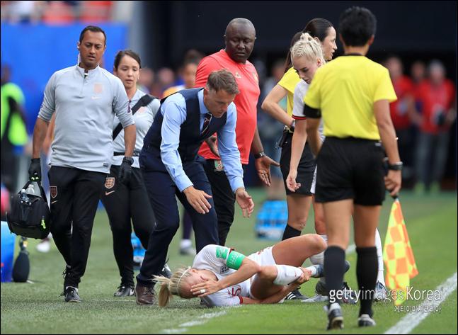 필 네빌 잉글랜드 감독이 카메룬 여자 축구에 분통을 터뜨렸다. ⓒ 게티이미지