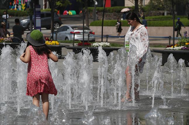 서울 세종대로 광화문광장에서 한 관광객이 분수대에서 더위를 식히고 있다. ⓒ데일리안 홍금표 기자