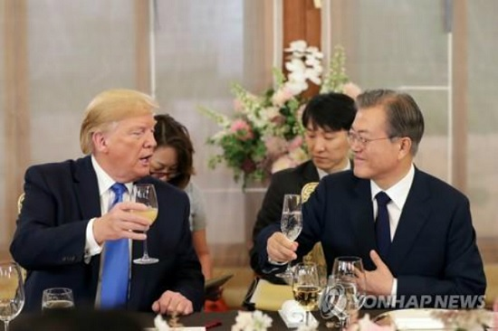문재인 대통령과 도널드 트럼프 미국 대통령이 29일 오후 청와대 상춘재에서 열린 만찬에서 건배를 하고 있다. 이날 건배주는 술을 입에 대지 않는 트럼프 대통령을 고려해 탄산수로 대체됐다. ⓒ연합뉴스