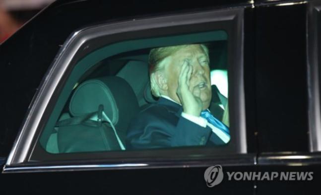 도널드 트럼프 미국 대통령이 29일 오후 문재인 대통령과 청와대 상춘재에서 만찬을 마친 뒤 숙소로 돌아가고 있다. ⓒ연합뉴스