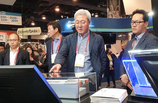 김준 SK이노베이션 총괄 사장이 1월 8일 미국 라스베이거스 컨벤션센터에서 열린 CES 2019에서 SK그룹 부스에 전시된 배터리 모듈을 살펴보고 있다.ⓒSK이노베이션