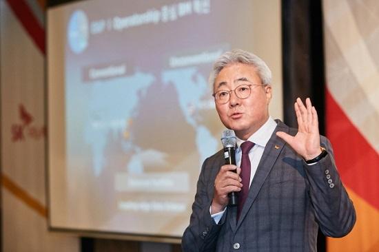 김준 SK이노베이션 총괄 사장이 5월 27일 서울 광화문 포시즌스 호텔에서 열린 기자간담회에서 사업 전략에 대해 설명하고 있다.ⓒSK이노베이션