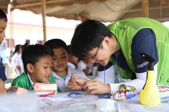 지난 5일 '새희망학교 9호' 사회공헌활동의 일환으로 라오스 왕마마을에 방문한 현대엔지니어링 임직원 봉사단원이 왕마중학교 학생들과 함께 '비누만들기' 과학활동에 참여하고 있다.ⓒ현대엔지니어링