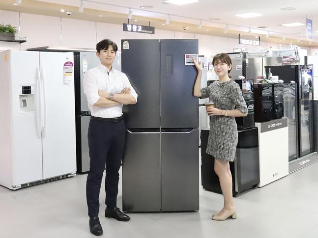 롯데하이마트 대치점에서 모델들이 하이메이드 블랙에디션 4도어 냉장고를 선보이고 있다.ⓒ롯데하이마트