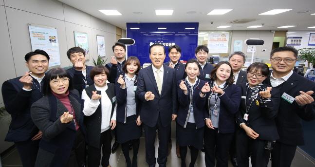 김도진(가운데) IBK기업은행장이 통영지점을 방문해 직원들과 함께 기념촬영을 하고 있다.ⓒIBK기업은행