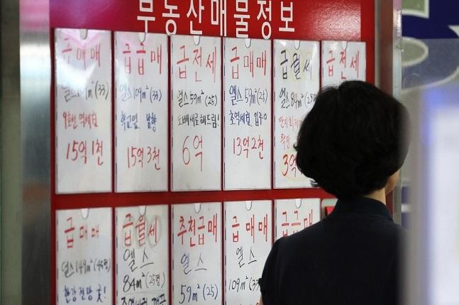 올 하반기 주택시장은 집값 상승과 하락 변수가 혼재하는 상황으로 보인다. 서울의 한 공인중개업소 모습.ⓒ연합뉴스