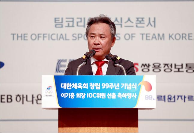 이기흥 회장이 11일 오후 2시, 롯데호텔 서울 2층 크리스탈볼룸에서 열린 창립 99주년 기념식 및 국제올림픽위원회(IOC) 위원 선출 축하행사서 기념사를 하고 있다. ⓒ 대한체육회