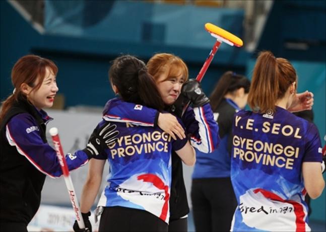 여자 컬링 경기도청이 11일 한국컬링선수권 우승으로 태극마크를 달았다. ⓒ 연합뉴스