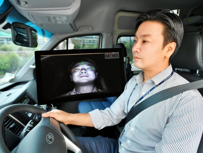 현대모비스 연구원이 운전자 동공추적과 안면인식이 가능한 '운전자 부주의 경보시스템'을 상용차에 적용해 시험하고 있다.ⓒ현대모비스