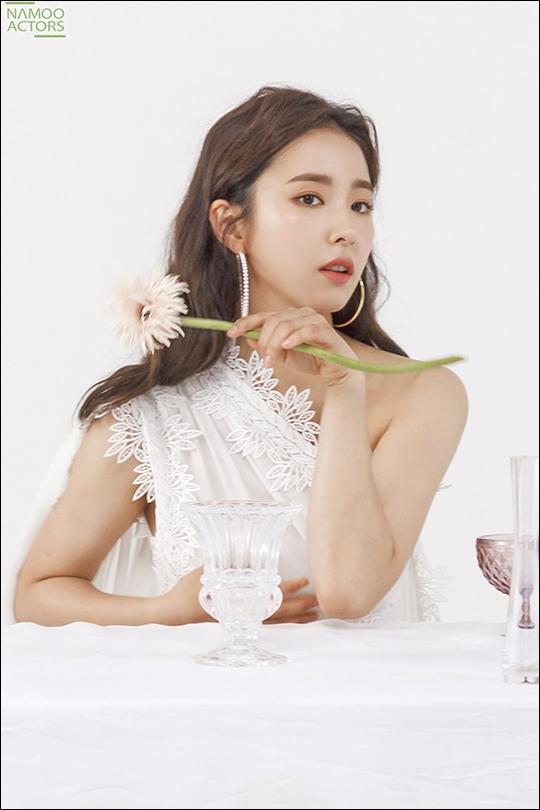 배우 신세경 비하인드 스틸이 화제다. ⓒ 나무엑터스