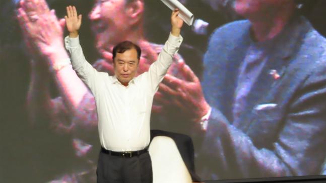 김병준 자유한국당 전 비상대책위원장이 지난 12일 오후 대구그랜드호텔에서 열린 징검다리포럼 대구·경북 창립식에서 청중들의 박수와 환호에 두 손을 들어 답례하고 있다. ⓒ데일리안 정도원 기자