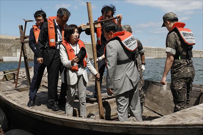나경원 원내대표 등 자유한국당 의원들이 12일 오후 강원도 동해 해군 제1함대 군항에서 지난달 15일 삼척항에 입항한 북한 선박을 살펴보고 있다. ⓒ데일리안 홍금표 기자