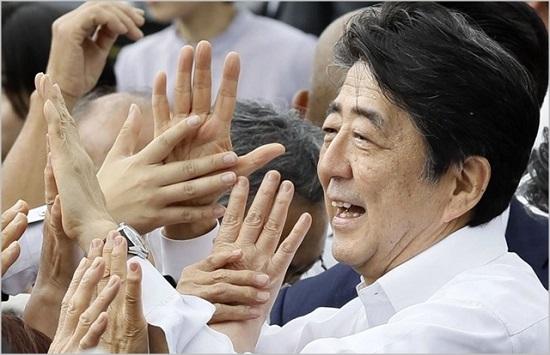 아베 신조 일본 총리가 지난 4일 후쿠시마 현 후쿠시마시에서 유세에 나서 지지자들을 만나고있다. ⓒ연합뉴스