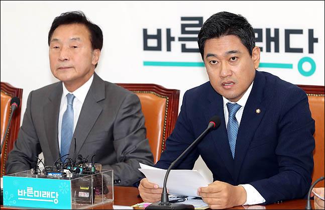오신환 바른미래당 원내대표(사진 오른쪽)가 국회에서 열린 최고위원회의에서 모두발언을 하고 있다. ⓒ데일리안 박항구 기자
