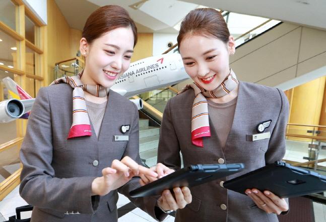아시아나항공 승무원들이 서울시 강서구 오쇠동 본사에서 새롭게 지급받은 태블릿 PC를 통해 스마트워크 플랫폼