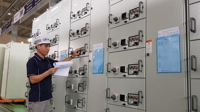 LS산전 베트남 사업장 관계자가 스마트 배전 솔루션을 점검하고 있다.ⓒLS산전