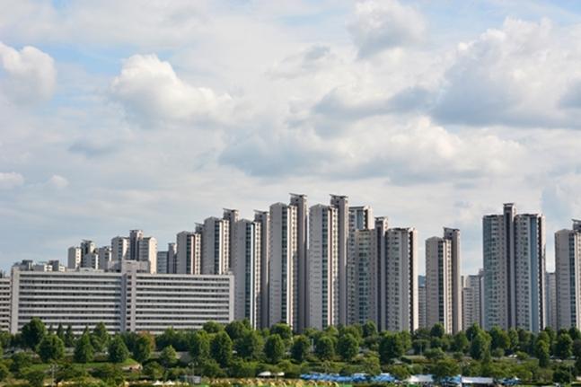 재건축을 대상으로 정부의 규제가 쏟아지자, 한동안 잠잠했던 리모델링 사업이 다시 꿈틀거리기 시작했다. 사진은 서울 강변 아파트 전경.(자료사진) ⓒ게티이미지뱅크