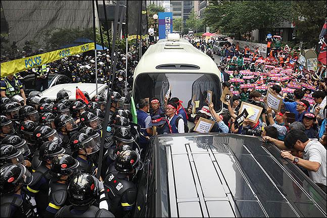 15일 오후 서울 여의도 더불어민주당사 앞에서