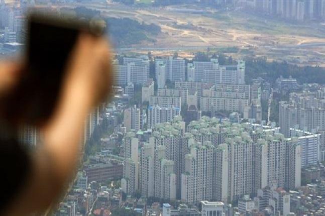 서울은 올 하반기 전세에서 아파트 매매로 갈아타려면 전국 평균보다 3배 비싼 3억8421만원이 필요한 것으로 나타났다. 서울 아파트단지 모습.ⓒ연합뉴스