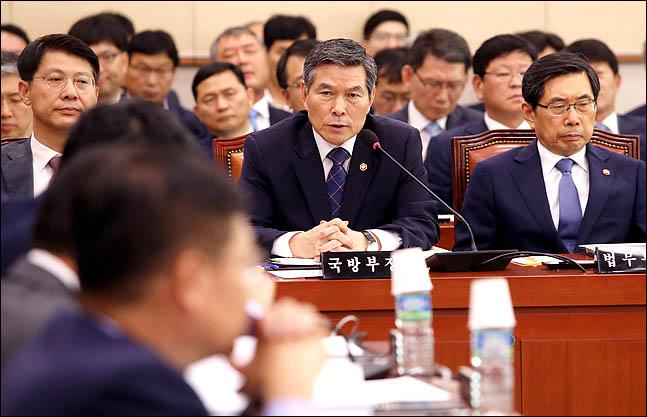 정경두 국방부 장관이 16일 오후 국회에서 열린 국회 법제사법위원회 전체회의에서 의원들의 질의에 답변하고 있다. ⓒ데일리안 박항구 기자