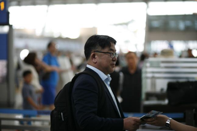 김동섭 SK하이닉스 대외협력총괄 사장이 16일 오후 인천국제공항을 통해 출국하고 있다.ⓒSK하이닉스
