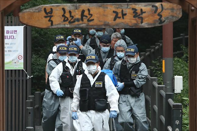 정두언 전 의원이 서울 서대문구 홍은동 자택 인근 북한산 자락에서 숨진채 발견된 16일 오후 경찰이 정 전 의원의 시신을 수습해 운구하고 있다. ⓒ데일리안 홍금표 기자