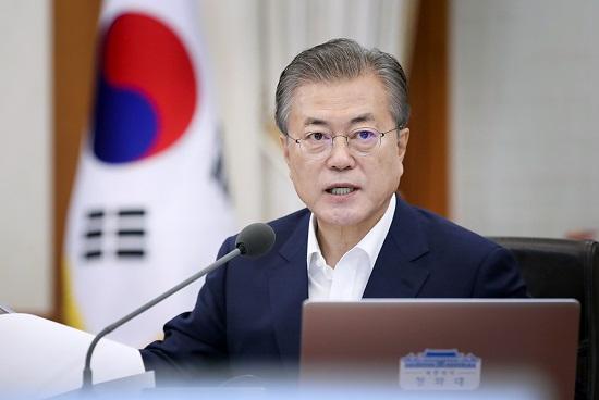 일본 경제 보복으로 한국 경제에 비상벨이 울리는 상황에서 정상 외교 라인이 자리를 비운 데 대한 비판의 목소리가 커지자 16일 문재인 대통령이 직접 이를 방어하고 나섰다. ⓒ청와대<br />