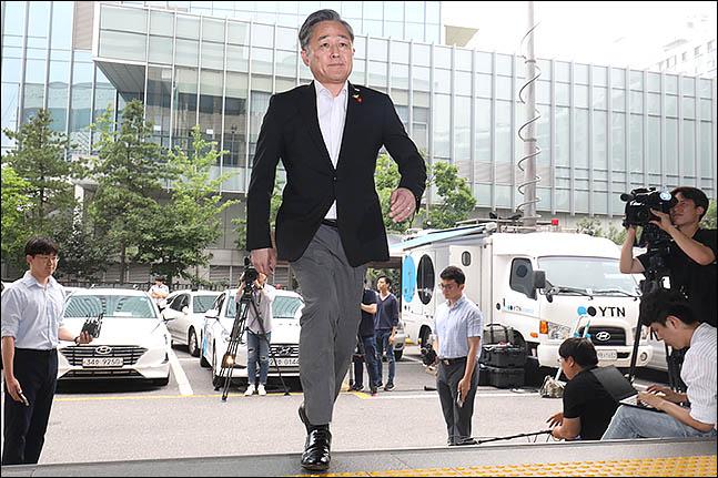 지난 4월 패스트트랙 처리 과정에서 국회 의안과 앞 폭력사태로 고발된 표창원 더불어민주당 의원이 17일 오전 서울 영등포경찰서에 조사를 받기 위해 출석하고 있다. ⓒ데일리안 류영주 기자