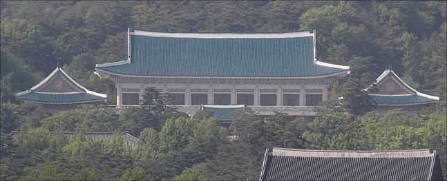 """청와대는 17일 일본의 무역보복 조치와 관련한 조선일보의 일본어판 기사에 대해 """"무엇이 우리 한국과 우리 국민들을 위한 것인지 답해야 한다""""고 비판했다.(자료사진)ⓒ데일리안"""
