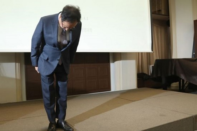 지난 4월1일 오전 서울 중구 한국프레스센터에서 열린 골관절염 치료제 인보사 판매중단 기자간담회에서 이우석 코오롱생명과학 대표가 사과하고 있다.ⓒ연합뉴스