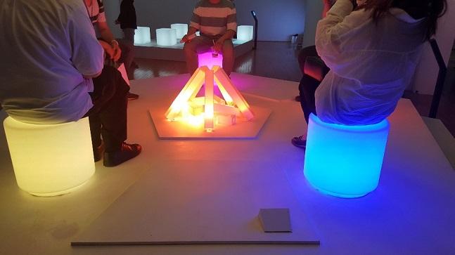 서울 종로구 아트선재센터에 마련된 넥슨 '게임을 게임하다/invite you_' 기획 전시장 중앙에 17일 다중접속역할수행게임(MMORPG) '마비노기'를 구현한 캠프파이어 조형물이 설치돼 있다.ⓒ데일리안 김은경 기자
