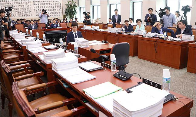 17일 오후 국회에서 열릴 예정이었던 법제사법위원회 전체회의가 자유한국당과 바른미래당 의원들의 불참으로 개회되지 않고 있다. ⓒ데일리안 박항구 기자