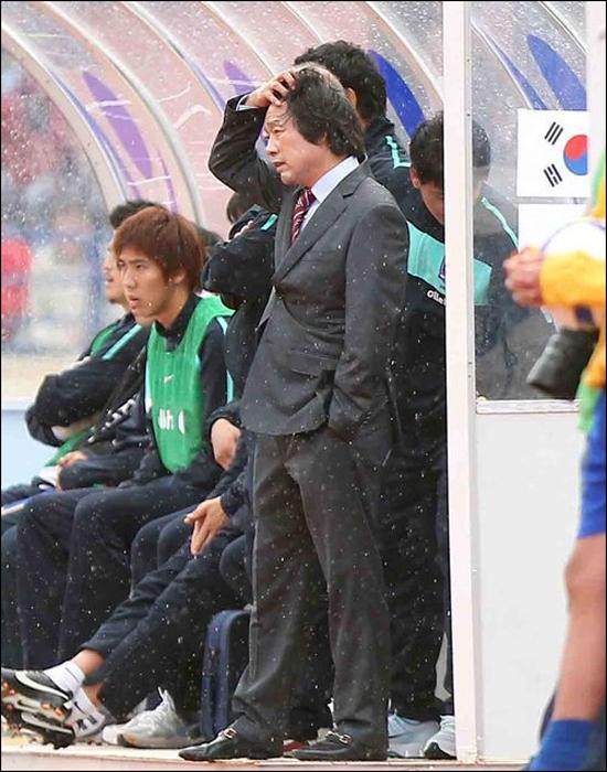 한국 축구는 2011년 11월, 몇 수 아래 레바논 원정서 패하며 조광래 감독이 경질 수순을 밟았다. ⓒ 연합뉴스