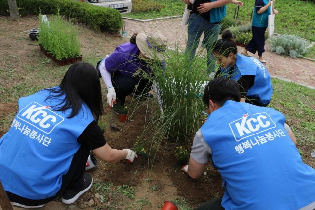 KCC 행복나눔봉사단원들이 서울 서초구 송동근린공원에서 나무를 심고 있다.ⓒKCC