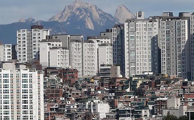한국은행이 이날 기준금리를 0.25%포인트 전격 인하하면서 부동산 시장에 어떤 영향을 미칠지 관심이 쏠리고 있다. 사진은 서울의 도심 전경.(자료사진) ⓒ데일리안DB