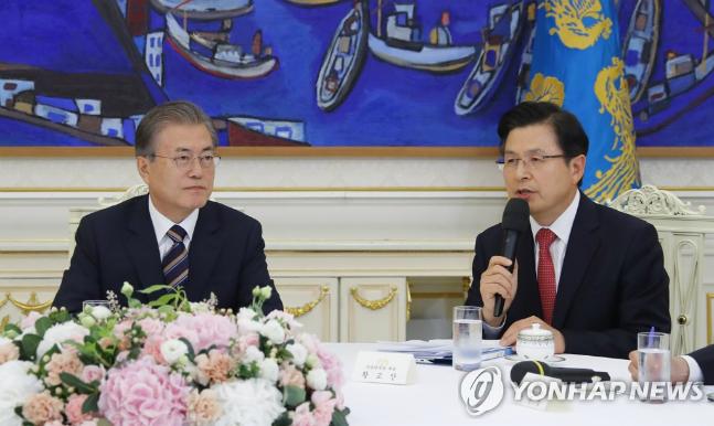 황교안 자유한국당 대표가 18일 청와대 인왕실에서 열린 대통령·정당대표회담에서 공개 모두발언을 하고 있다. ⓒ연합뉴스