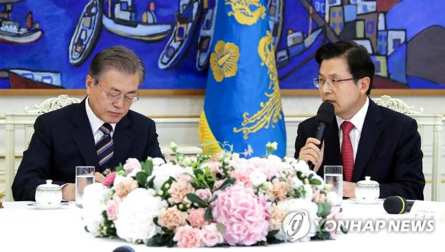황교안 자유한국당 대표가 18일 오후 청와대 인왕실에서 열린 대통령·5당대표회담에서 모두발언을 하고 있다. ⓒ연합뉴스