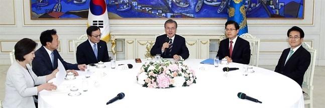 문재인 대통령이 18일 오후 청와대에서 열린