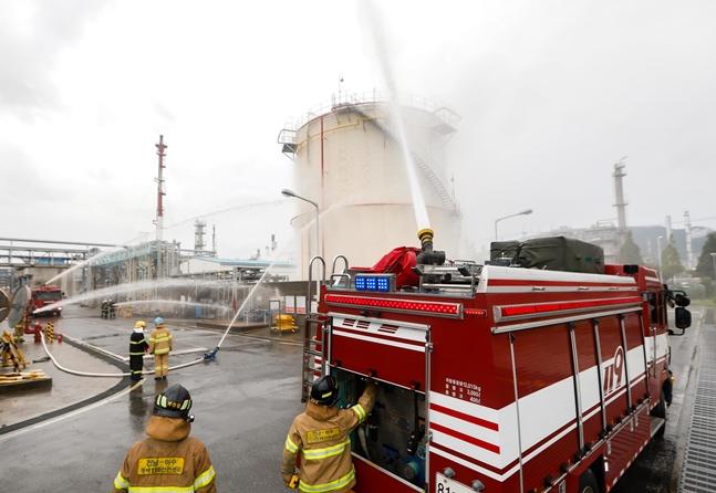 대림산업이 석유화학사업부 여수공장에서 임직원들과 소방관들이 함께 살수차와 소방설비를 이용해 화재 진화 훈련을 실시하고 있다.ⓒ대림산업