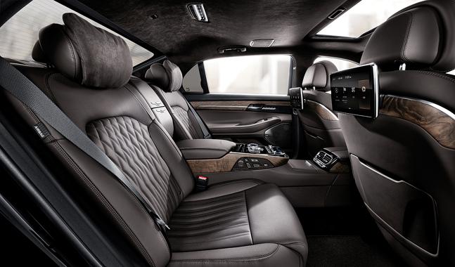 제네시스 G90 뒷좌석 모습. 5.0 가솔린 프레스티지 모델은 암레스트가 이처럼 고정식으로, 좌우 공간을 분리해 준다. ⓒ제네시스