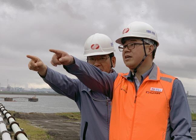 박일준 한국동서발전 사장(오른쪽)이 호남화력본부 안전점검을 실시하고 있다.ⓒ한국동서발전