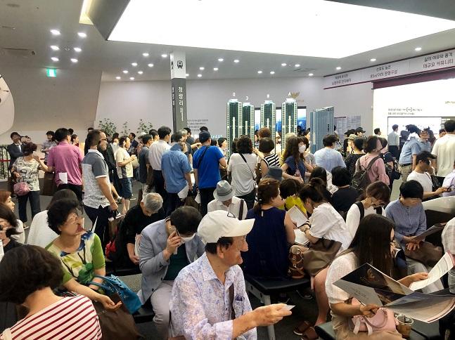 19일 '청량리역 롯데캐슬 SKY-L65' 견본주택이 청약상담을 받으려는 방문객들로 북새통을 이루고 있다. ⓒ이정윤 기자