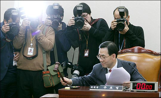 주호영 자유한국당 의원이 지난 2013년 12월 국회 정치개혁특별위원장을 맡고 있을 때, 전체회의 개의를 알리며 의사봉을 두드리고 있다. ⓒ데일리안 박항구 기자