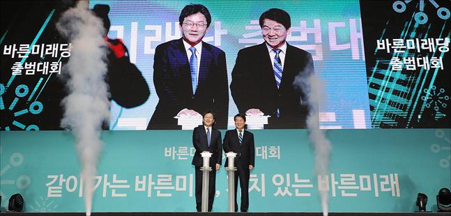 유승민·안철수 바른미래당 전 대표가 당 출범대회 당시 출범의 스위치를 함께 누르고 있다(자료사진). ⓒ데일리안 홍금표 기자